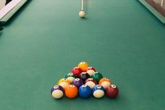 Sugestão que aponta a bola branca quebrar billards da sinuca na tabela fotografia de stock royalty free
