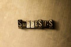SUGGERISCE - il primo piano della parola composta annata grungy sul contesto del metallo Fotografia Stock