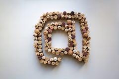 Sugheri del vino alla composizione nell'estratto del segno Fotografia Stock Libera da Diritti