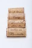 Sugheri del vino allineati su bianco Fotografia Stock Libera da Diritti