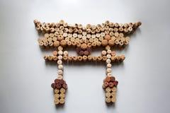 Sugheri del vino che fanno galleggiare il portone di torii fotografie stock