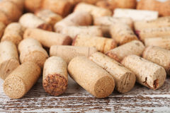 Sugheri del vino come fondo, fuoco selettivo immagine stock
