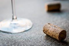 Sugheri del vino con vetro Immagini Stock