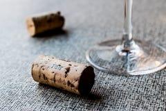 Sugheri del vino con vetro Fotografia Stock Libera da Diritti