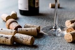 Sugheri del vino con vetro e la bottiglia Immagini Stock