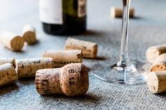 Sugheri del vino con vetro e la bottiglia Immagine Stock