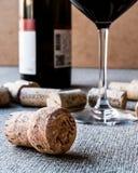 Sugheri del vino con vetro e la bottiglia Fotografia Stock