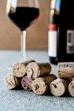 Sugheri del vino con vetro e la bottiglia Fotografie Stock