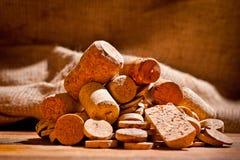 Sugheri del vino delle dimensioni differenti sul tagliere Fotografia Stock