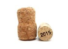 Sugheri del vino isolati sul primo piano bianco del fondo con 2015 Fotografia Stock Libera da Diritti