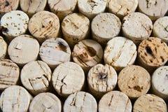 Sugheri del vino nella disposizione impilata orizzontale. Fotografie Stock