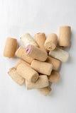 Sugheri del vino su priorità bassa bianca Fotografia Stock