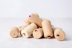 Sugheri del vino su priorità bassa bianca Immagine Stock Libera da Diritti