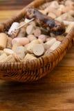 sugheri del vino in un vecchio pane del canestro sul legname del palissandro Immagine Stock