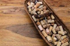 sugheri del vino in un vecchio pane del canestro sul legname del palissandro Immagini Stock Libere da Diritti
