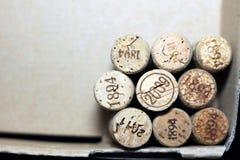 Sugheri usati del vino dalle varie varietà di vino rosso d'annata e di vino bianco d'annata che descrivono le date e gli anni dif Fotografia Stock Libera da Diritti