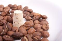 Sughero circondato dai chicchi di caffè Immagini Stock