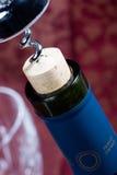 Sughero della bottiglia di vino quasi fuori Fotografia Stock