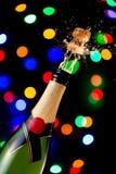 Sughero schioccante su una bottiglia del champagne immagine stock libera da diritti