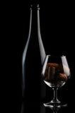 Sughero in una bottiglia di vino e di vetro Fotografia Stock
