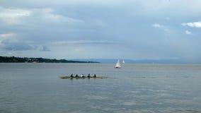 Sugli atleti di nuotata di Bodensee del lago in kajak Sull'orizzonte potete vedere la città di Meersburg archivi video