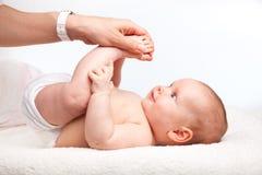 Säuglingsbeinmassage Stockbild