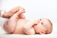 Säuglingsbeinmassage Stockbilder