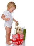 Säuglingskinderbaby-Kleinkindkind, das Geschenkgeschenke vorbereitet Stockbilder