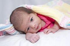 Säuglingsmädchen abgedeckt mit Afghanen Stockbilder