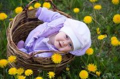 Säuglingsmädchen im Korb Stockfotografie
