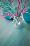 Sugrör för drinkar i rosa färger och turkossignaler Två färgar Pastellfärgade skuggor Royaltyfria Foton