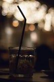 Sugrör i vattenexponeringsglas Royaltyfri Bild
