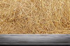 Sugrörbakgrund- och träplanka, sugrörvägg, sugrörbakgrundstextur, trägolvplankatabell som är tom på den torra rissugrörväggen royaltyfria bilder