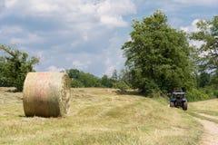 Sugrörbal och traktor Royaltyfria Foton