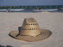 Sugrörhatt på stranden Royaltyfria Bilder