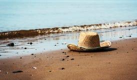 Sugrörhatt på stranden Arkivfoto