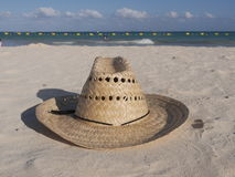 Sugrörhatt på stranden Royaltyfri Bild