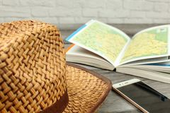 Sugrörhatt, resehandbok med översikten och mobiltelefon på grått trä de royaltyfria foton