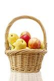 Sugrörkorg med äpplen Royaltyfri Bild
