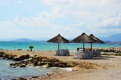 Sugrörparaplyer på den Adriatiska havet kusten Arkivbilder