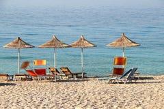 Sugrörparaplyer på stranden Arkivbilder
