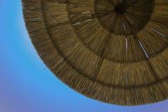 Sugrörstrandparaply Arkivbild