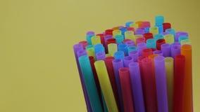sugrörsugrörplast- som dricker bruk för full skärm för bakgrund färgglat enkelt stock video