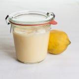 Sugrafree citronkräm i ett exponeringsglas royaltyfri bild