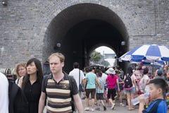 Sui fronti in bianco dei turisti stranieri a Pechino Immagini Stock Libere da Diritti