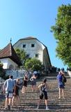 Sui punti alla chiesa sull'isola, il lago ha sanguinato, la Slovenia Immagine Stock