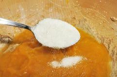 Suiker die aan Kom met de Puree van de Pompoen wordt toegevoegd Royalty-vrije Stock Foto