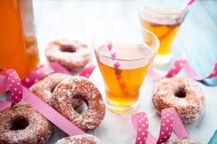 Suiker donuts en sima stock afbeelding