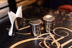 Suiker en chocoladeblikken voor koffie in moderne koffie, exemplaarruimte met servetten stock foto