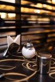 Suiker en chocoladeblikken voor koffie in moderne koffie, exemplaarruimte met servetten stock afbeelding